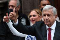 Mexikos president Andrés Manuel López Obrador, kallad Amlo, ger tummen upp efter att ha röstat i mellanårsvalet.