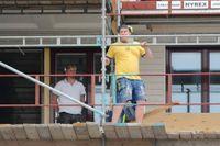 Byggarbetare är ett av landets farligaste yrken. På bilden hålls en tyst minut för kollegor som avlidit på arbetsplatsen.