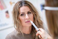 Violetta Dzafic genomför ett lukttest på öron-näsa-halsmottagningen på Skånes universitetssjukhus i Lund.