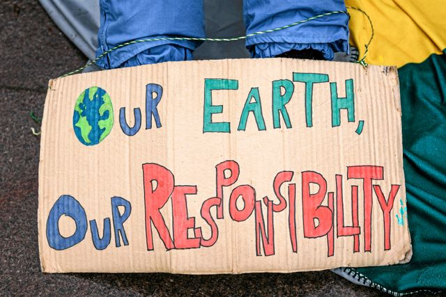 """Vår jord, vårt ansvar"" står det på Livias skylt."