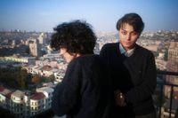 Milena Abrahamjan och Gajane Davtjan på en balkong en solig söndagseftermiddag i centrala Jerevan.