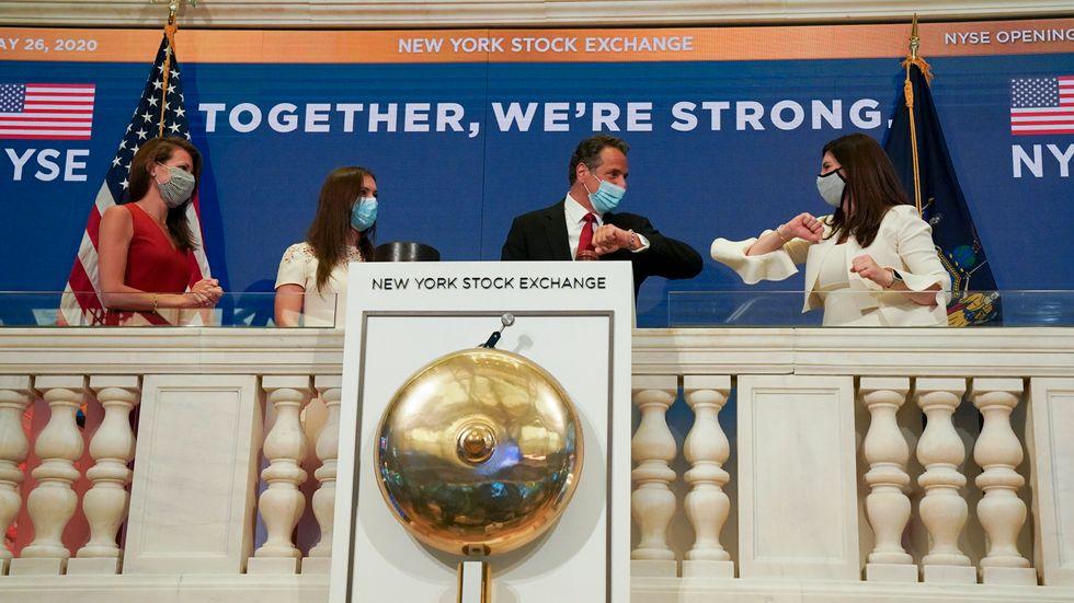 New Yorks guvernör Andrew Cuomo armbågshälsar på New York-börsens ordförande Stacey Cunningham.