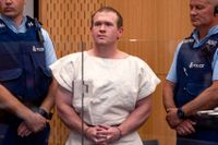 Moskéskytten Brenton Tarrant vid en domstolsförhandling dagen efter terrordådet i Christchurch i Nya Zeeland i mars 2019, då 51 människor sköts ihjäl.