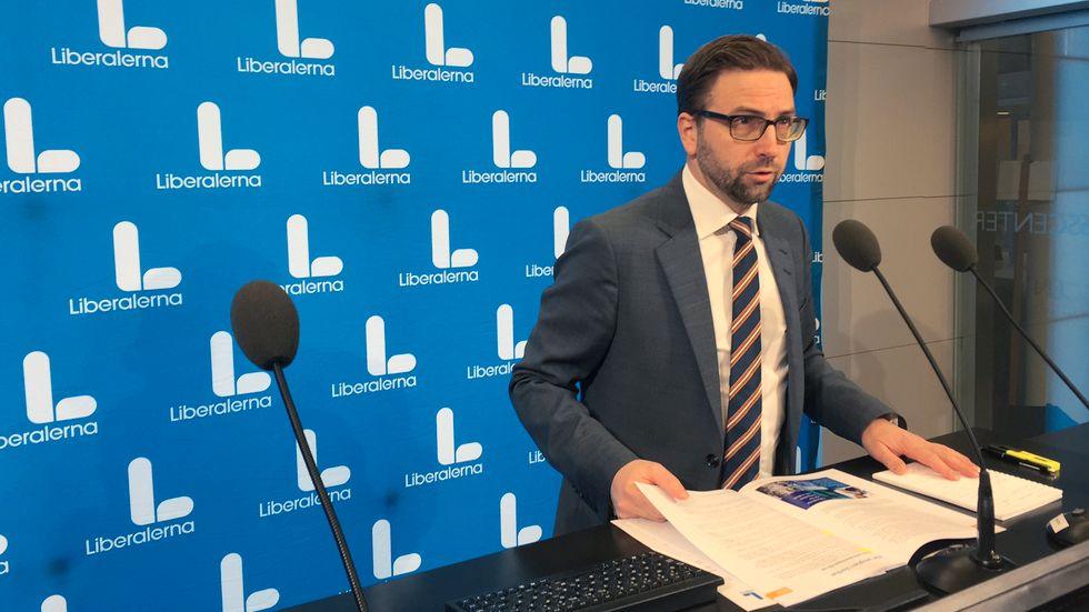 Liberalernas Fredrik Malm tycker att regeringen bör dra tillbaka sitt förslag. Arkivbild.