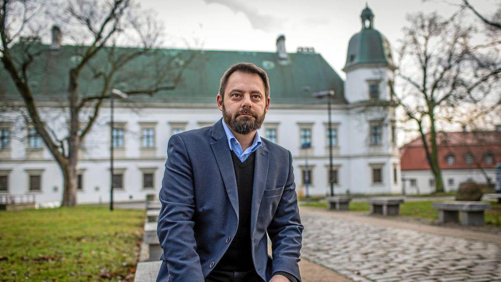 Omstridde Piotr Bernatowicz framför konsthallen som han blivit ny curator för – Centrum Sztuki Współczesnej Zamek Ujazdowski i Warszawa.