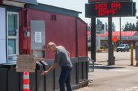 En kaféägare i amerikanska Marysville håller stängt i eftermiddagsvärmen. Termometern visar 104 grader Farenheit, motsvarande 40 grader Celcius.