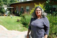 Julia Chaitin bor på en kibbutz nära Gaza och är en av få israeler som håller kontakten med människor där inne.