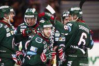 Frölundas Matt Donovan i mitten har kvitterat till 1-1 under lördagens ishockeymatch i SHL mellan Frölunda HC och Luleå HF i Scandinavium.