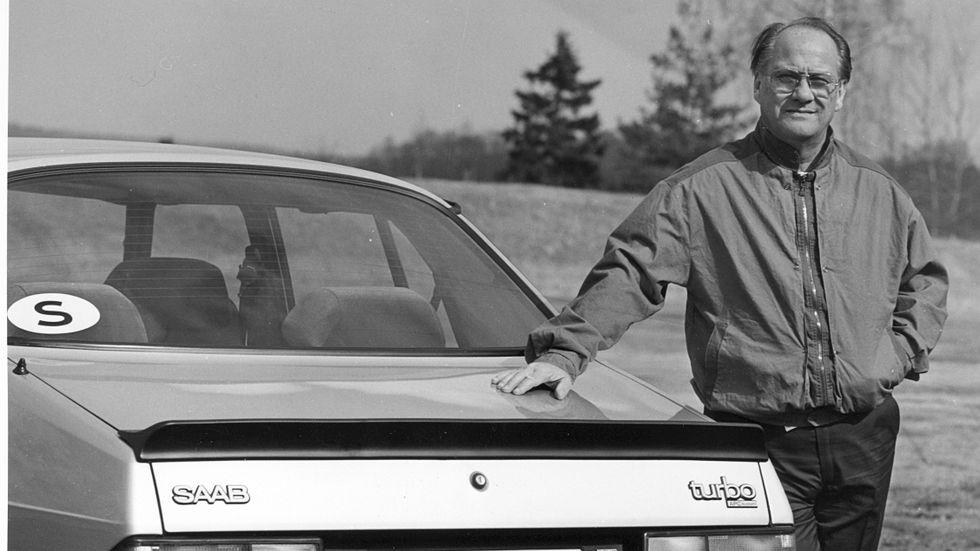 Sten Wennlo poserar vid en en Saab 900 turbo 1984.