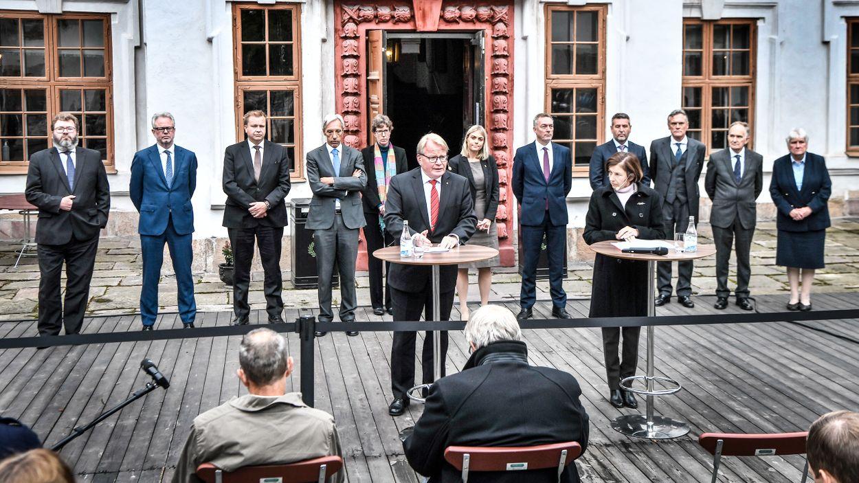 Peter Hultqvist och Florence Parly håller en pressträff på borggården till Karlbergs slott.