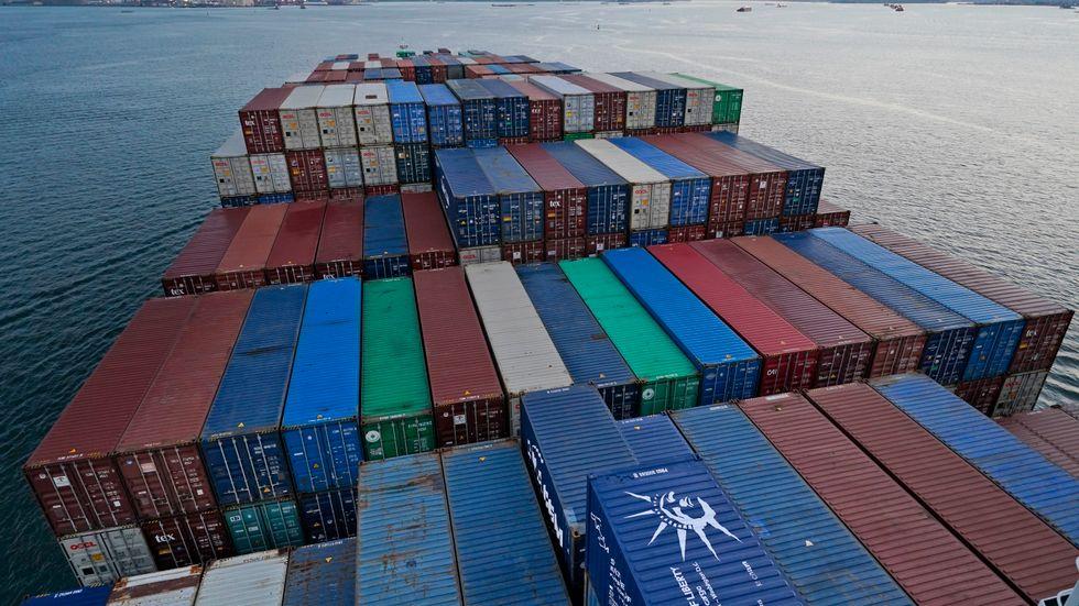 Ett containerfartyg anländer i New York. Bild i juni.
