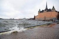 Mälaren kan bara rinna ut via Stockholm och Södertälje, och nu är slussarna fullt öppna. Ändå är vattnet väldigt högt, vilket gör att det finns risk för översvämning runt hela sjön. Arkivbild.