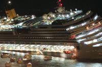 En passagerare som lyckas fly från båten fotograferade händelsen.