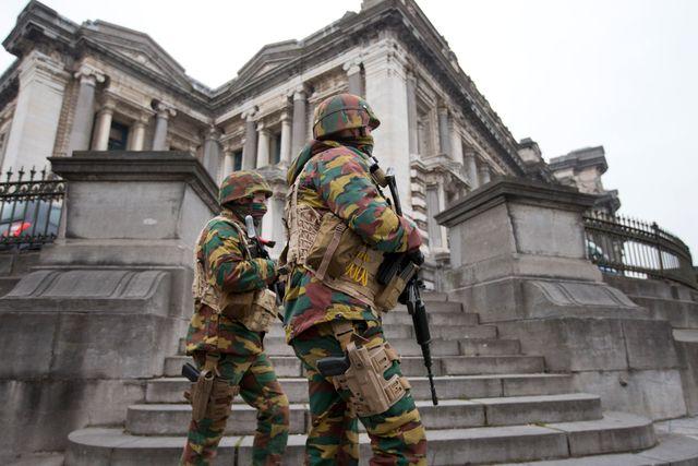 Belgiska soldater patrullerar utanför rättssal i Bryssel.