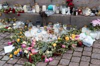 Blommor och ljus i centrala Uddevalla, till minne av den mördade 17-åringen. Arkivbild.