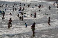 Människor svalkar sig vid Bondi beach i Sydney.