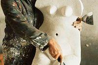 Hismes, Frnkrike, 1963. Max Ernst förbättrar en cementskulptur som han gjort femton år tidigare.