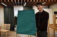 Karl Persson, 19, anser att kyrkan har en viktig roll att spela och vill att den fortsätter att vara öppen för alla.