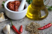 Kallpressad jungfruolja innehåller ämnet oleocanthal som har stark antiinflammatorisk verkan.