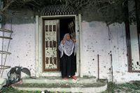 En kvinna intill platsen i Gaza där en stor explosion dödat flera barn.