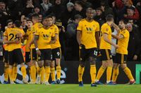Wolverhamptons Ruben Neves firar ledningsmålet med lagkamraterna. Wolves slog ut Liverpool ur FA-cupen.