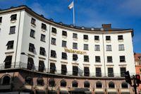 Hörnhuset Birger Jarlsgatan och Rådmansgatan på Jarlaplan på Östermalm är kontor åt Wallenstam. Det byggdes ursprungligen år Svenska Shell.