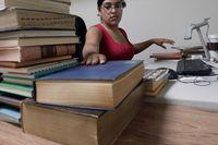 Bibliotekarien Adriana Garin scannar in böcker till The Internet Archive's Physical Archive i Kalifornien.