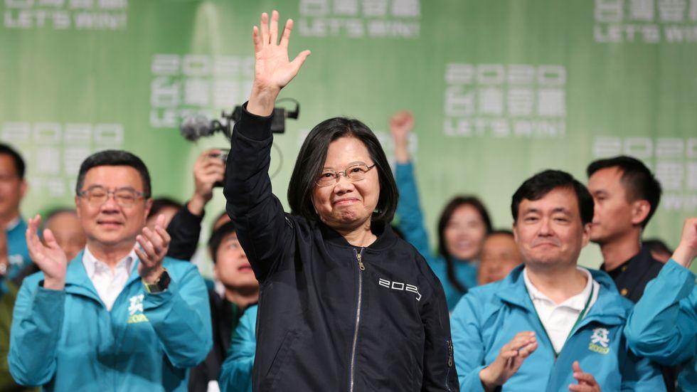 Taiwans president Tsai Ing-Wen firar valsegern med anhängare i Taipei på lördagen.