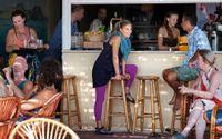 På Ekorestaurangen samlas yogare. Anledningen till att Kreta har klarat krisen i Grekland bättre än övriga landet ska bero på att de är mer självständiga och äger marken deras hus ligger på.