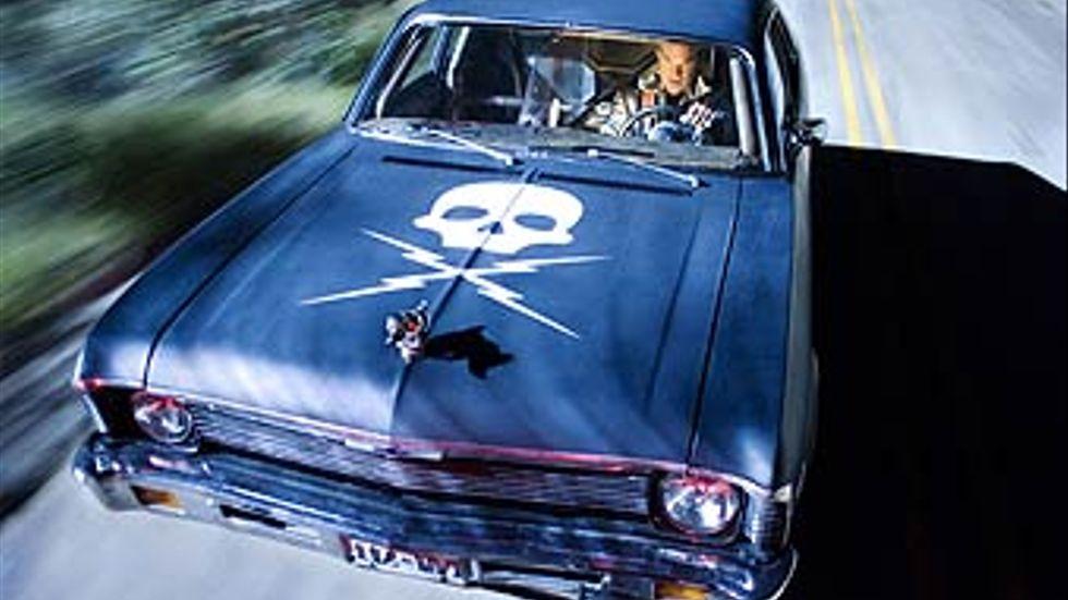 Bakom ratten sitter Kurt Russels diaboliske Stuntman Mike, som ägnar sig åt att köra ihjäl kvinnor på landsbygden.