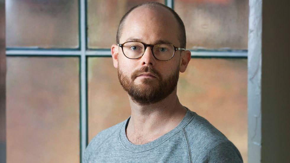 """Peter Normark, född 1978, är uppvuxen i Holmsund, Västerbotten, och Saint Louis, USA. Han gör dokumentärer och tv-program. """"Lekarna"""" är hans skönlitterära debut. Foto: Fredrik Hjerling"""