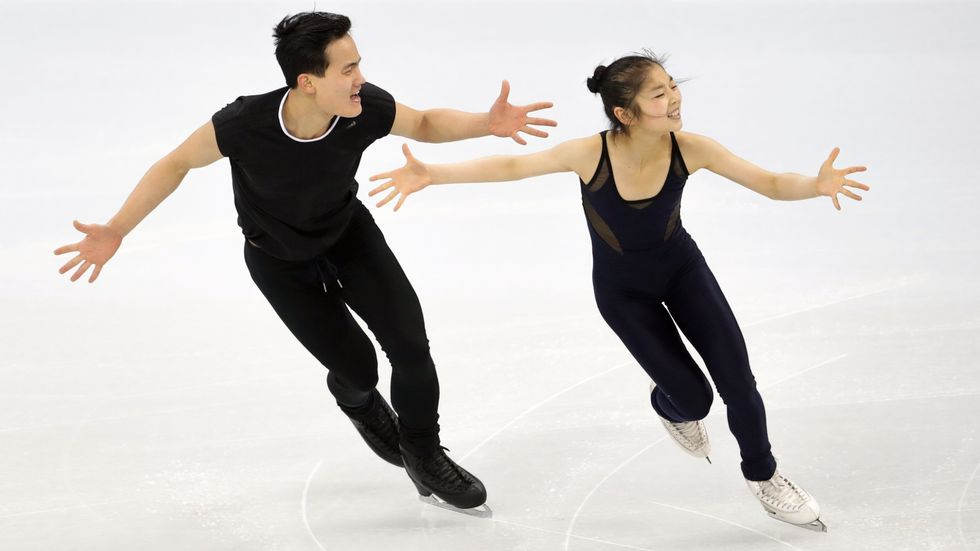 De nordkoreanska konståkarna Ryom Tae-ok och Kim Ju-sik har jagats av journalister inför OS i Pyeongchang.