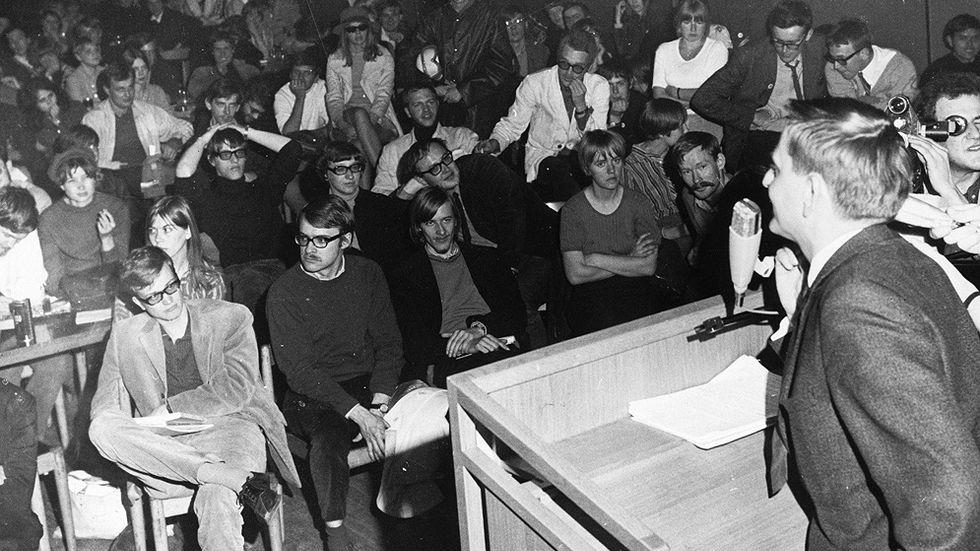 I maj 1968 ockuperade ett antal studenter vid Stockholms universitet Kårhuset. Dåvarande sociademokratiske utbildningsminister Olof Palme (höger) anlände och försökte tala studenterna till 'rätta'.