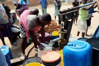 Vatttenbrist i Zimbabwe och dess huvudstad Harare kunde tillfälligt avhjälpas på tisdagen, sedan myndigheter köpt vattenreningskemikalier på den lokala marknaden. Landet saknar utländsk valuta för att importera kemikalier.