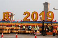 På Himmelska fridens torg förbereder man ett storslaget 70-årsfirande, men osäkerheten kring framtiden för Xi Jinpings Kina är stor.