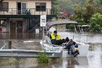 Gary Evans väntar på sin familj i en båt, innan han ska åka för att se till sitt hus som är omgärdat av vatten, i Londonderry i Sydneys utkant.
