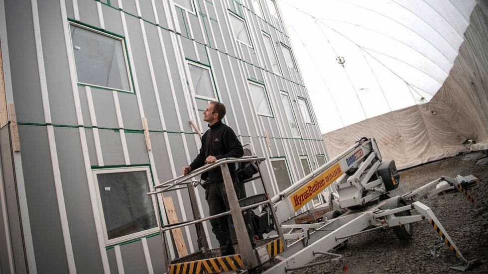 Nästan var tionde som jobbar på bygget av batterifabriken i Skellefteå har nu drabbats av coronasmittan. Drygt var fjärde av dessa bär på den brittiska varianten.