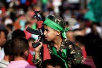 En pojke med ett leksaksgevär vid en Hamas-protest mot kriget i Gaza. Protesten hölls i staden Nablus på Västbanken på måndagen.