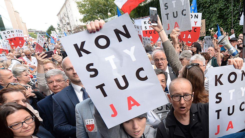 Regeringskritiska demonstranter framför Polens högsta domstol i Warszawa på onsdagsmorgonen.