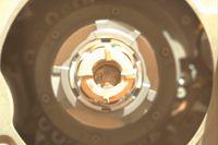 Kortänden på det pennformade mineralprovet syns i mitten av denna bild som Perseverance skickat från Mars.