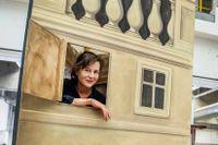 """Koreografen och regissören Karin Modigh testar scenografin till """"Station Illusion"""" i Kungliga Operans verkstad."""