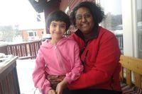 Malva, 7 år med mamma Anna, 42 år utanför sitt hus.