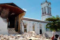 Kyrka i Les Cayes förstörd efter lördagens jordbävning som tagit flera liv.