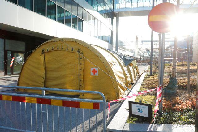 Provtagningstält vid Karolinska Universitetssjukhuset i Solna.