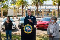 Kaliforniens guvernör Gavin Newsom säger att försäljning av nyproducerade bensindriva bilar kommer att förbjudas.