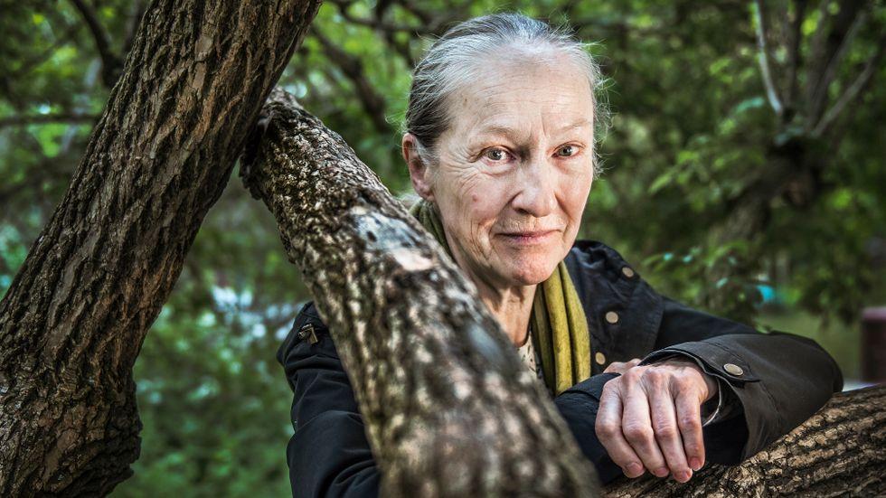 """Malin Ek råkar vara årsbarn med regissören Rainer Werner Fassbinder, född 1945. I """"Rädsla urholkar själen"""" spelar hon Emmi. """"Inom balett och musik finns formspråk som man ska kunna. Det är svårare att medvetandegöra vad skådespeleri är, men alla roller måste bli människor"""", säger Malin Ek som njuter av naturen kring Vitabergsparken."""