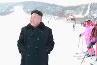 Kim Jong-un på nya skidanläggningen i Masik. Nordkoreas ledare, som i flera år varit bosatt i Schweiz, uppges kunna en hel del om skidåkning.