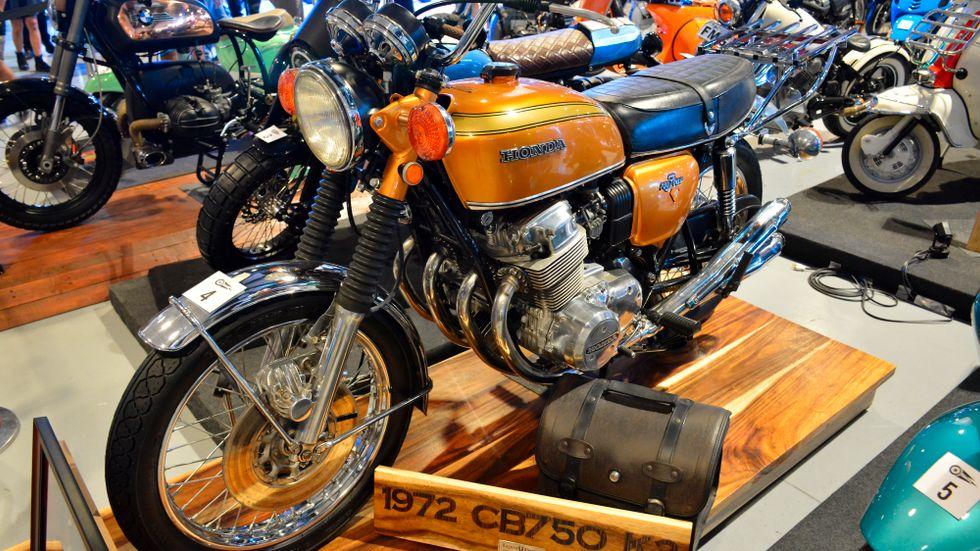 Honda CB750 erbjöd något helt nytt, med fyrcylindrig motor, elstart, blinkers och överliggande kamaxel till skivbroms i samma maskin.