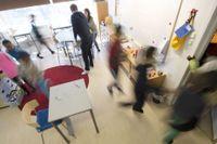Den ökade granskningen av skolor kan ses som ett sätt för staten att ta tillbaka delar av makten från den fria marknaden.