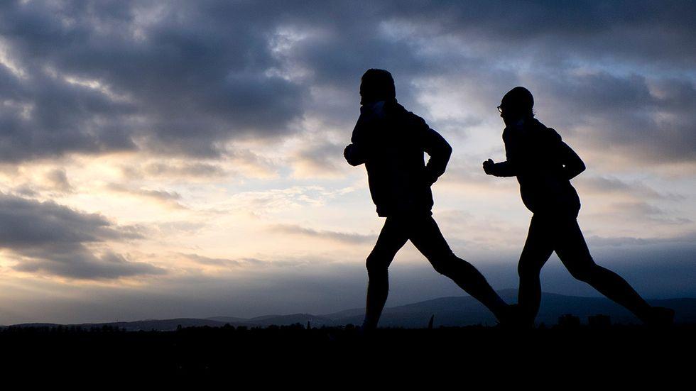 Knäskador är mycket vanliga hos löpare som har för bråttom ut i spåret på vårkanten, enligt Annette Heijne, docent i idrottsmedicin vid Karolinska institutet.
